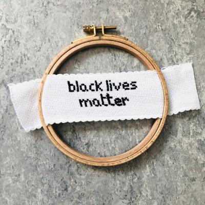 Ristipistotyö, teksti: black lives matter.