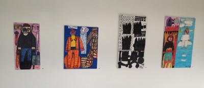 Neljä tussipiirrosta museon seinällä.