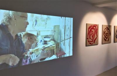 Galleria, jossa esillä maalauksia ja videoteos.
