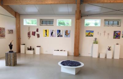 Näyttely, jossa esillä maalauksia ja veistoksia.