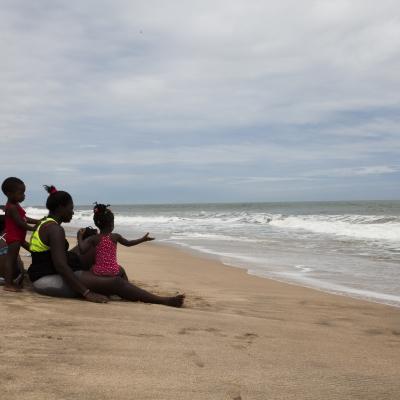 Kuva ihmisistä rannalla Karkotetut-kirjasta