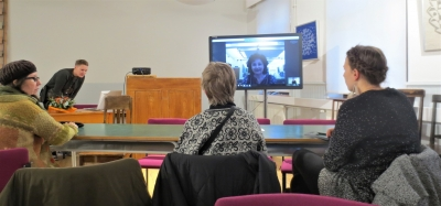 Kate Simms ohjaa työpajaa videohteydellä