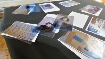 Piirtoheitinkalvoja, joihin on tulostettu arkistomateriaalia: valokuvia, tekstejä, taulukoita