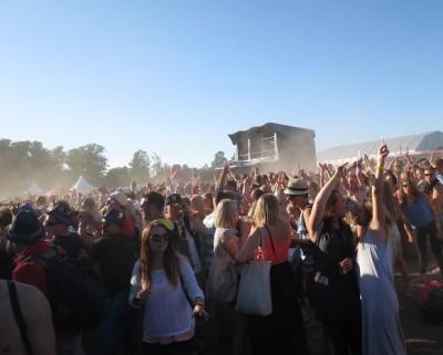 Aurinkoisessa kuvassa paljon ihmisiä ja tomua leijailee ilmassa